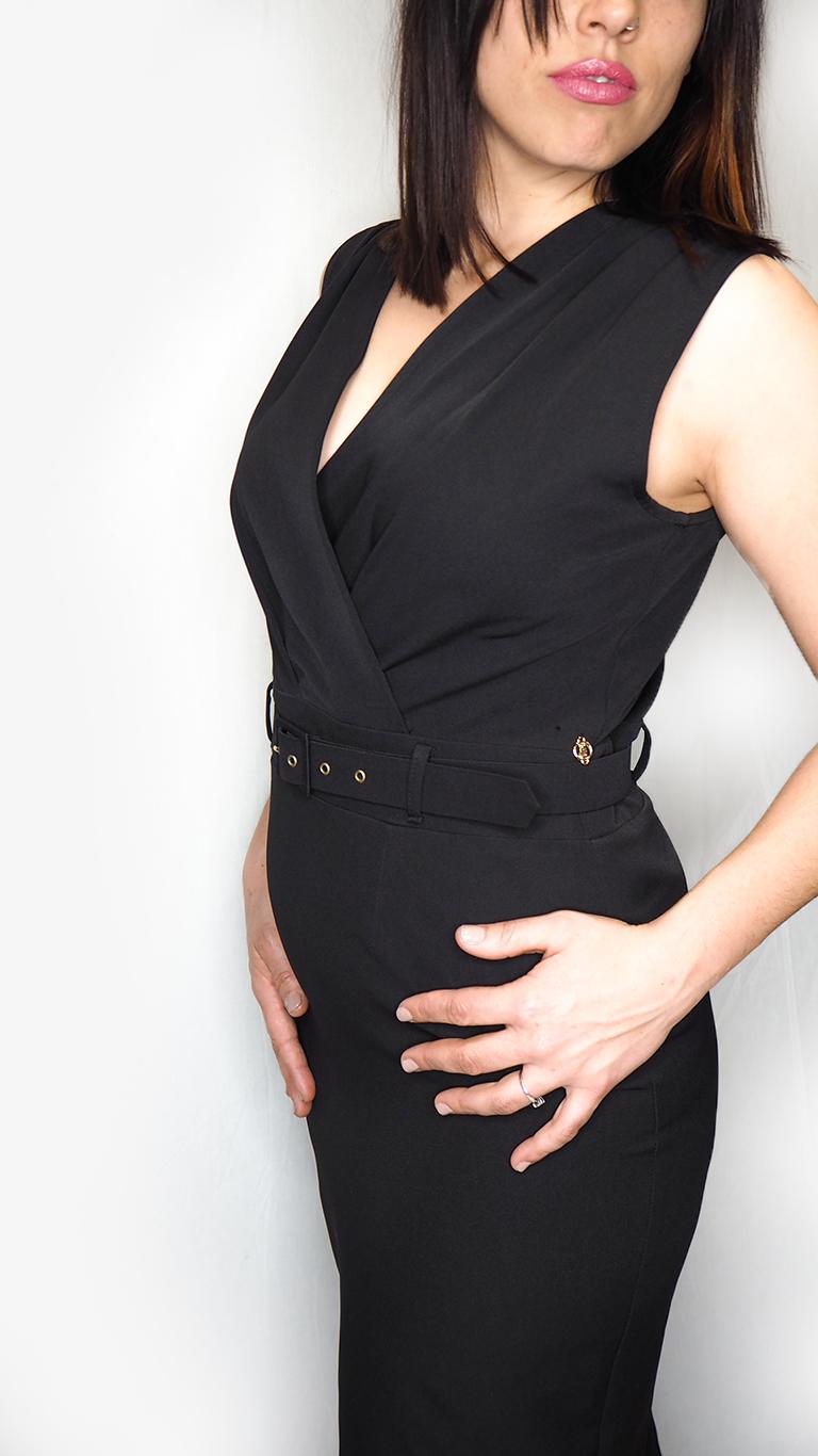 vestido midi negro cruzado espalda posado